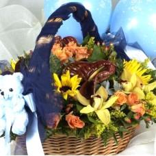 Καλάθι με άνθη και αρκουδάκι για νεογέννητα αγοράκια