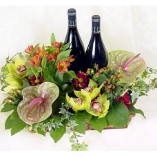 Σύνθεση με άνθη και κρασιά